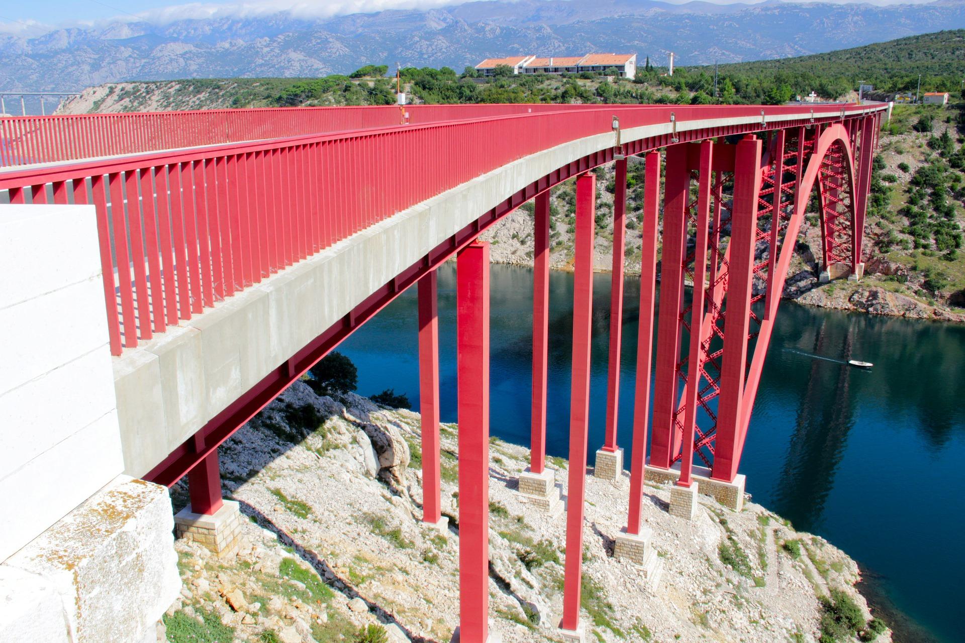 Most spojující ostrov Pag s pevninou